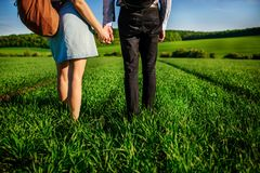 Potomstwo para spaceruje przez greenfield Kobieta i mężczyzna fotografia royalty free