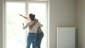 Potomstwo para sprawdza jego nowego dom Ruszający się po naprawy, kupuje nowego dom Nowożeńcy kupowali nieruchomość zdjęcie wideo