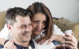Potomstwo para w żywym pokoju zdjęcie stock