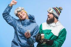 Potomstwo para w jazda na snowboardzie odzieży Zdjęcia Royalty Free