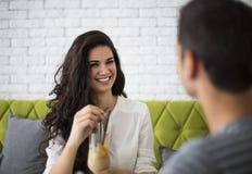 Potomstwo para w kawiarni zdjęcie stock