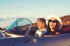 Potomstwo para w Klasycznym roczników sportów samochodzie zdjęcia royalty free