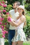 Potomstwo para w kwiatu ogródzie obraz stock