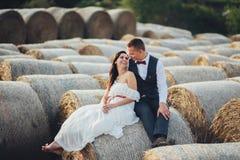 Potomstwo para w miłości outdoors w Tuscany obrazy stock