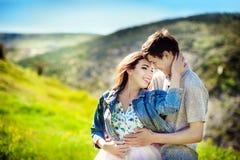 Potomstwo para w miłości plenerowej Są uśmiechnięci i patrzejący each inny Szczęśliwy stylu życia pojęcie Obrazy Stock