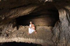 Potomstwo para w miłości wśrodku jamy Obraz Royalty Free