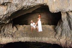 Potomstwo para w miłości wśrodku jamy Obrazy Royalty Free