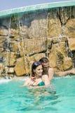 Potomstwo para w pływackim basenie Obrazy Royalty Free