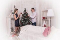 Potomstwo para w pokoju przed bożymi narodzeniami Fotografia Royalty Free