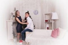 Potomstwo para w pokoju przed bożymi narodzeniami Zdjęcia Royalty Free