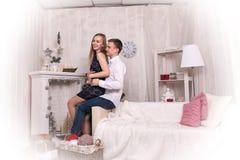 Potomstwo para w pokoju przed bożymi narodzeniami Zdjęcie Stock