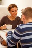 Potomstwo para w sklep z kawą Zdjęcia Royalty Free