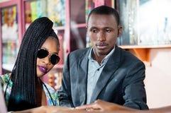 Potomstwo para w sklepowej sprzedawanie biżuterii fotografia royalty free