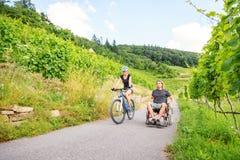 Potomstwo para W wózku inwalidzkim Cieszy się czas Outdoors Fotografia Royalty Free