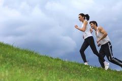 Potomstwo para ćwiczy w parku Fotografia Royalty Free