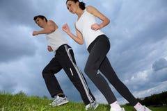 Potomstwo para ćwiczy w parku Obrazy Royalty Free