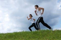 Potomstwo para ćwiczy w parku Zdjęcie Stock
