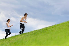 Potomstwo para ćwiczy w parku Zdjęcia Royalty Free