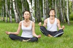 Potomstwo para ćwiczy w parku Obraz Royalty Free
