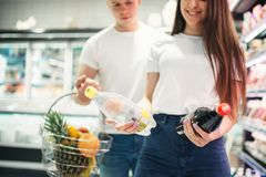 Potomstwo para wybiera świeże owoc w supermarkecie obrazy stock