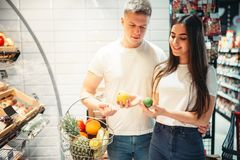 Potomstwo para wybiera świeże owoc w supermarkecie obraz stock