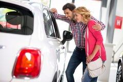 Potomstwo para wybiera kupować samochód Zdjęcie Stock
