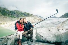Potomstwo para Wycieczkuje W Szwajcarskich Alps, Bierze Selfie Obraz Stock