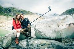 Potomstwo para Wycieczkuje W Szwajcarskich Alps, Bierze Selfie Obraz Royalty Free