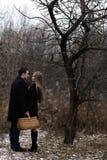 Potomstwo para z koszem w spadku parku Obraz Royalty Free