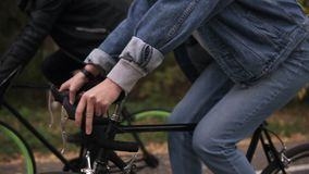 Potomstwo para zabawy jazdę na rowerach w jesień parku Materiał filmowy rudders z rękami Ludzie, aktywność, czasu wolnego pojęcie zbiory wideo