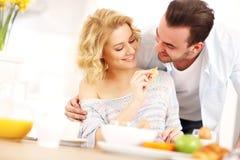Potomstwo pary łasowania śniadanie obraz stock