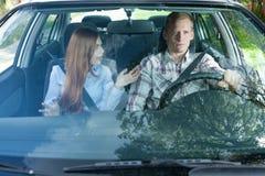 Potomstwo pary argumentowanie w samochodzie obraz stock