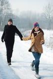 Potomstwo pary bieg przez parka Zdjęcia Royalty Free