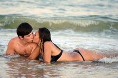 Potomstwo pary całowanie Obraz Royalty Free