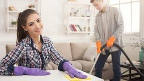 Potomstwo pary cleaning dom wpólnie fotografia stock