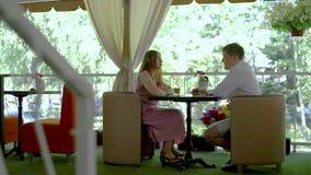 Potomstwo pary datowanie w kawiarnia tarasie zbiory