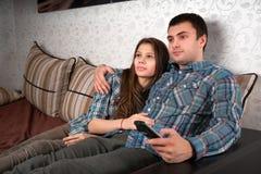 Potomstwo pary dopatrywania telewizja Zdjęcie Stock