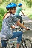 Potomstwo pary kolarstwo Wzdłuż wiejskiej drogi zdjęcia royalty free