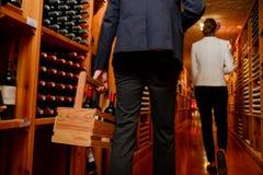 Potomstwo pary kupienia wino zdjęcie stock