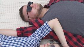 Potomstwo pary lying on the beach na koc zdjęcie wideo