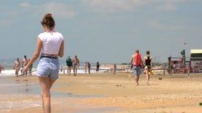 Potomstwo pary mienia ręk spacer daleko od wzdłuż piaskowatej Czarnej morze plaży przy Bugaz mierzeją Surfować fali przerwę na pi zdjęcie wideo