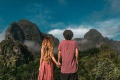 Potomstwo pary mienia ręki cieszy się widok górskiego zdjęcia royalty free