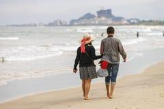Potomstwo pary mienia ręki przy Chiny Wyrzucać na brzeg Danang Fotografia Stock