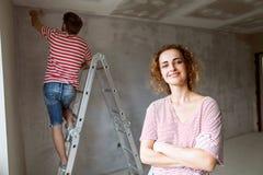 Potomstwo pary obrazu ściany w ich nowym domu Obrazy Royalty Free