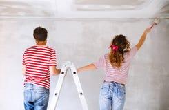 Potomstwo pary obrazu ściany w ich nowym domu Obraz Stock