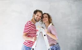 Potomstwo pary obrazu ściany w ich nowym domu Obraz Royalty Free