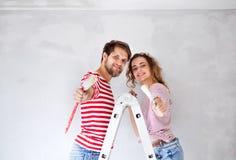 Potomstwo pary obrazu ściany w ich nowym domu Fotografia Stock