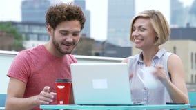 Potomstwo pary obsiadanie Na dachu Tarasowym Używa laptopie zbiory