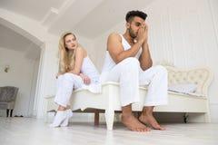 Potomstwo pary obsiadanie Oddzielny Na łóżku, Mieć konfliktów związków problem, Smutnych Negatywnych emocj Latynoski mężczyzna I Obrazy Stock