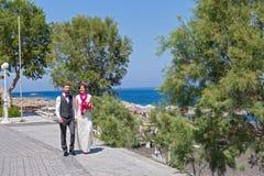 Potomstwo pary odprowadzenie na nadbrzeżu Zdjęcie Royalty Free
